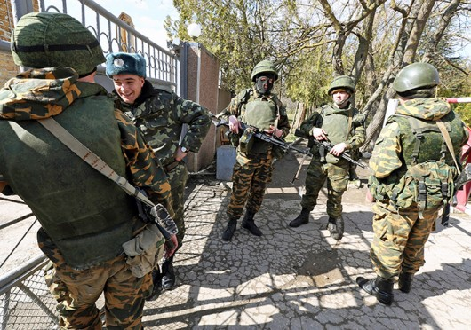 A Ukrainian soldier fraternizes with armed Russian soldiers at his base in Yevpatoria, Crimea, March 5. Credit: Courtesy of MCT