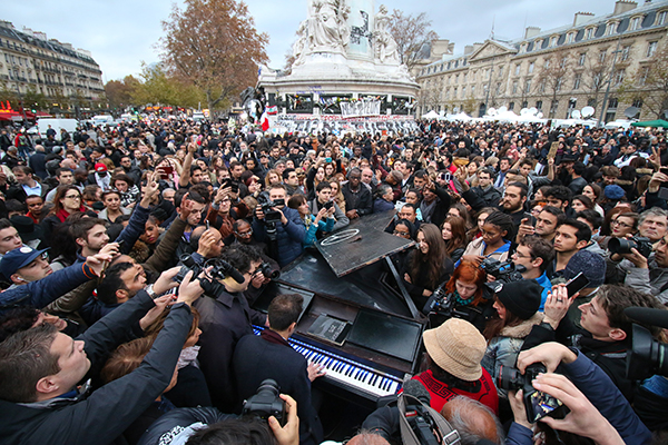 """A pianist plays """"Imagine,"""" """"We are the world,"""" """"Let it be"""" and other songs at Place de la République on Nov. 16. Credit: Yann Schreiber 