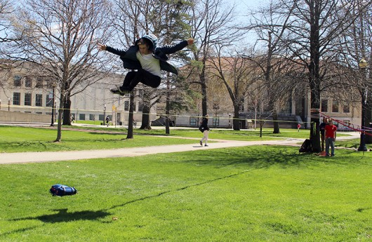 Professional slackliner Alex Mason came to the Oval to meet with OSU Slackliners club and share tips and tricks on April 12. Credit: Hannah Herner | Assistant Arts&Life Editor