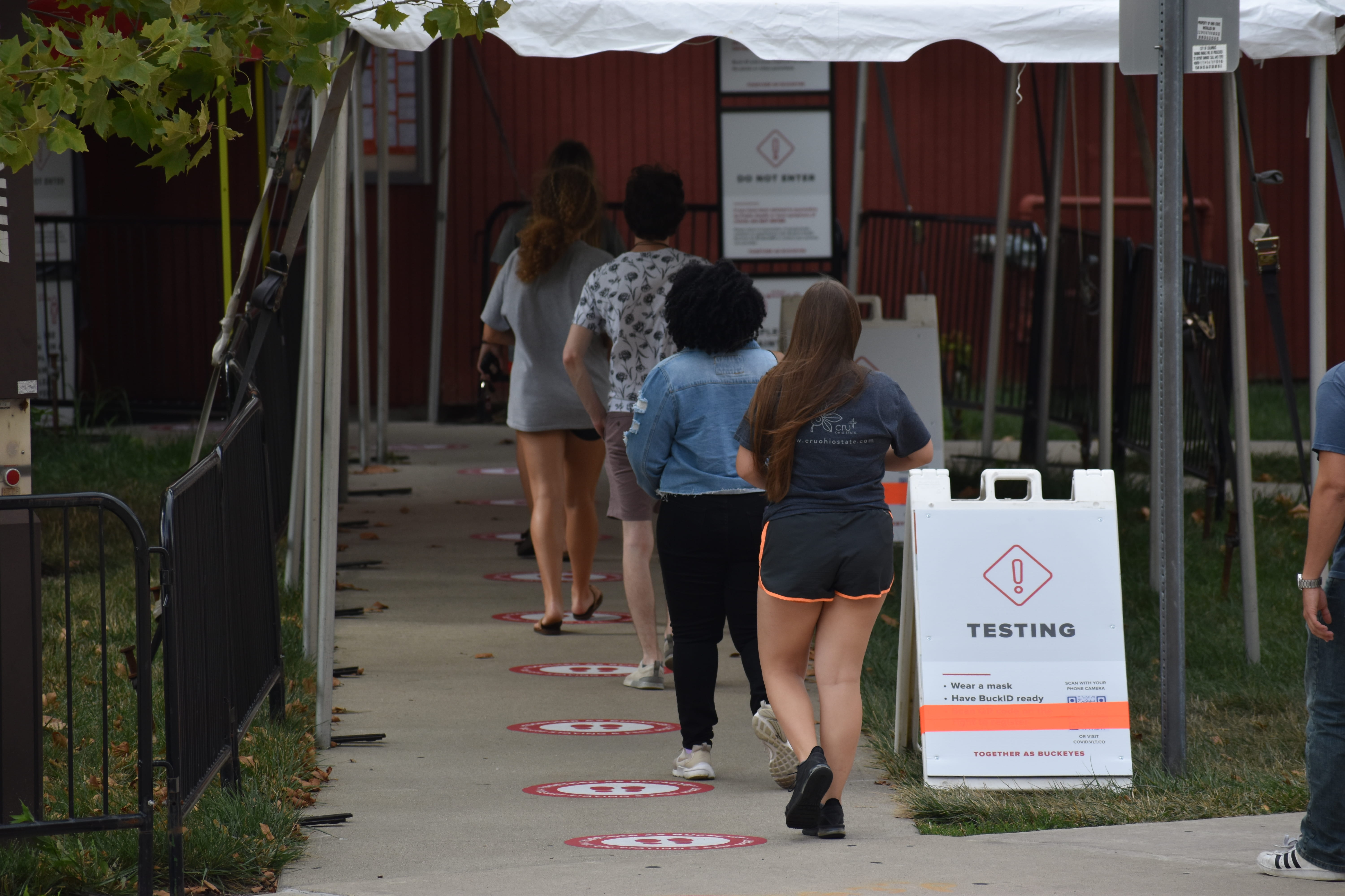 students walking into Jesse Owens North Rec center for COVID-19 testing