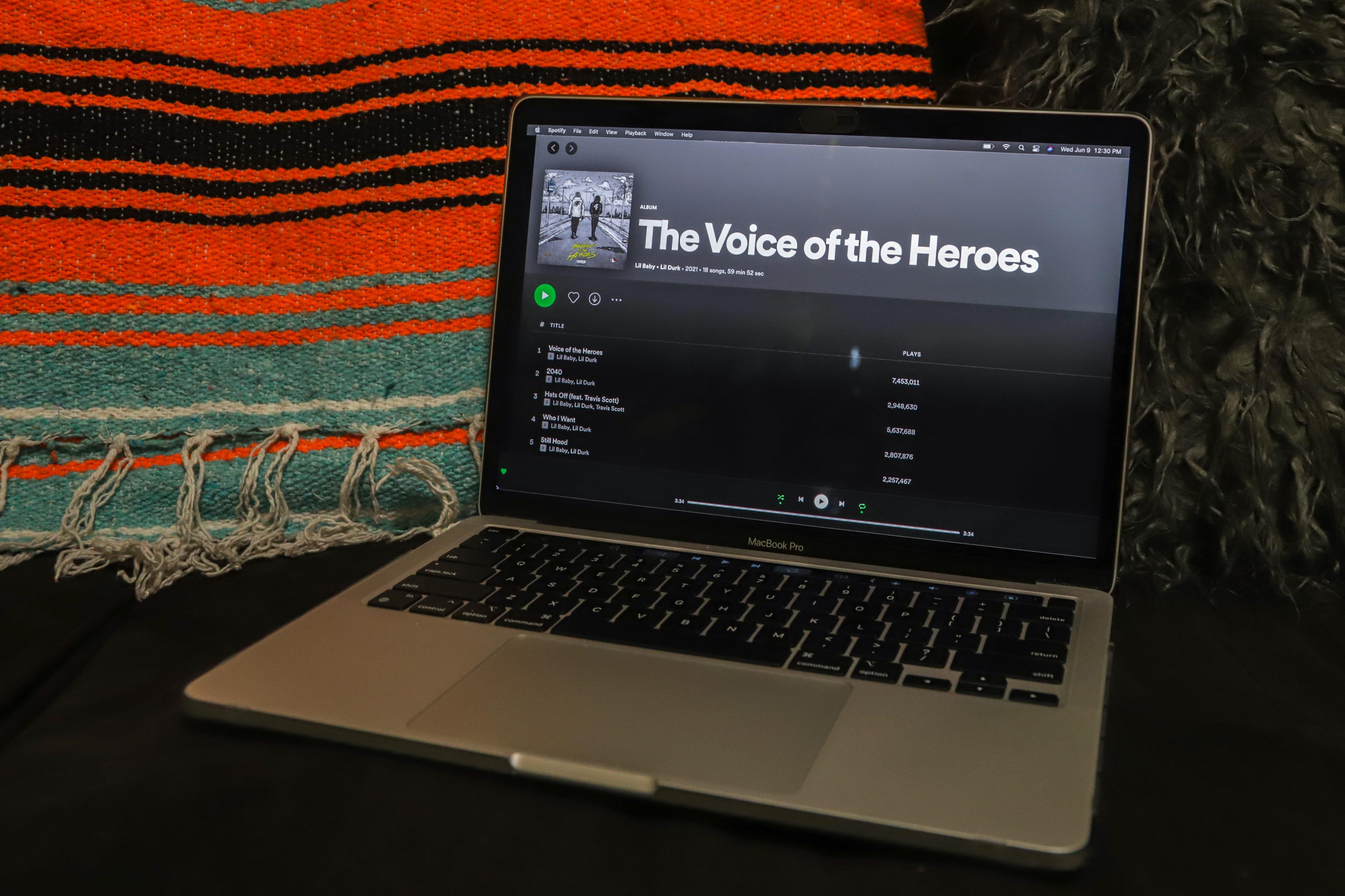 computadora con portada de álbum